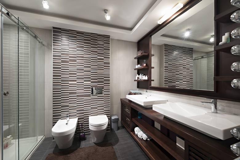 un wc dans la salle de bain